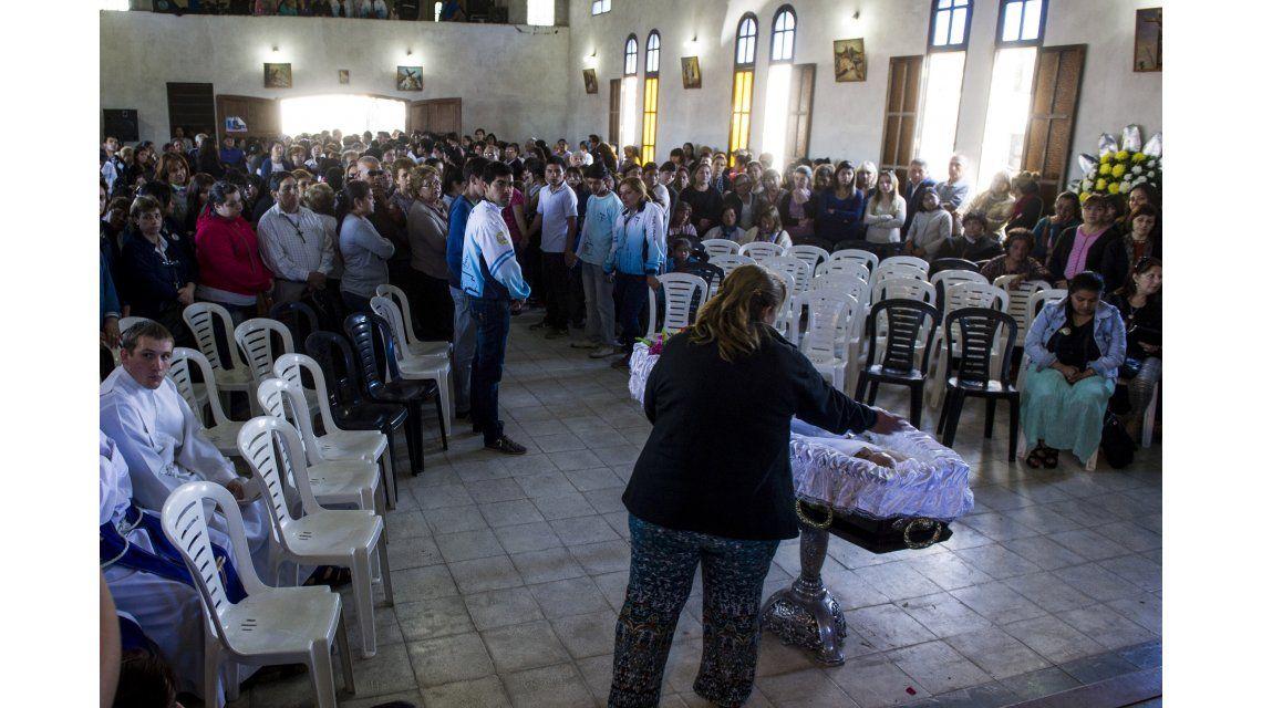 Miles se acercaron a despedir los restos del cura Viroche