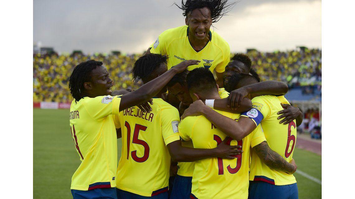 Los jugadores de Ecuador festejan tras el gol de Cristian Ramirez.