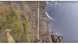 Ryan Paul Robinson haciendo equilibrio sobre la Torre Moai, en Australia