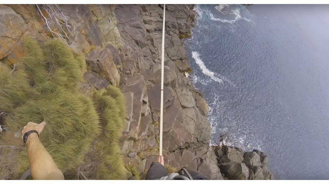 Ryan Paul Robinson haciendo equilibrio sobre la Torre Moai