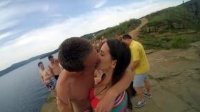 Antes de perder su GoPro, besó a su novia y se tiró al mar.