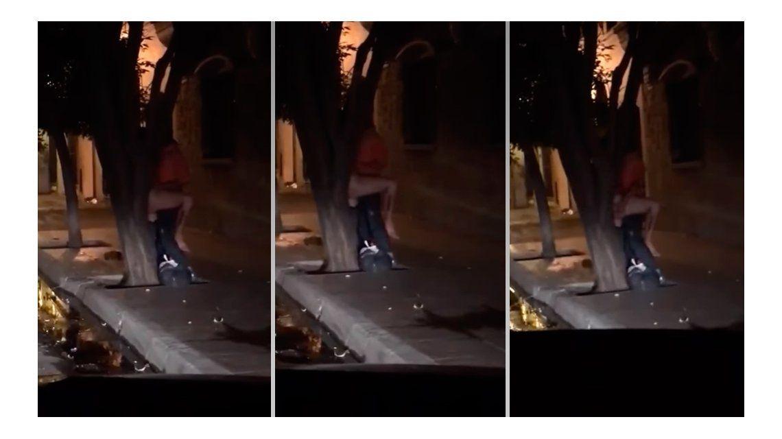 La pareja fue filmada por jóvenes que salían de un boliche