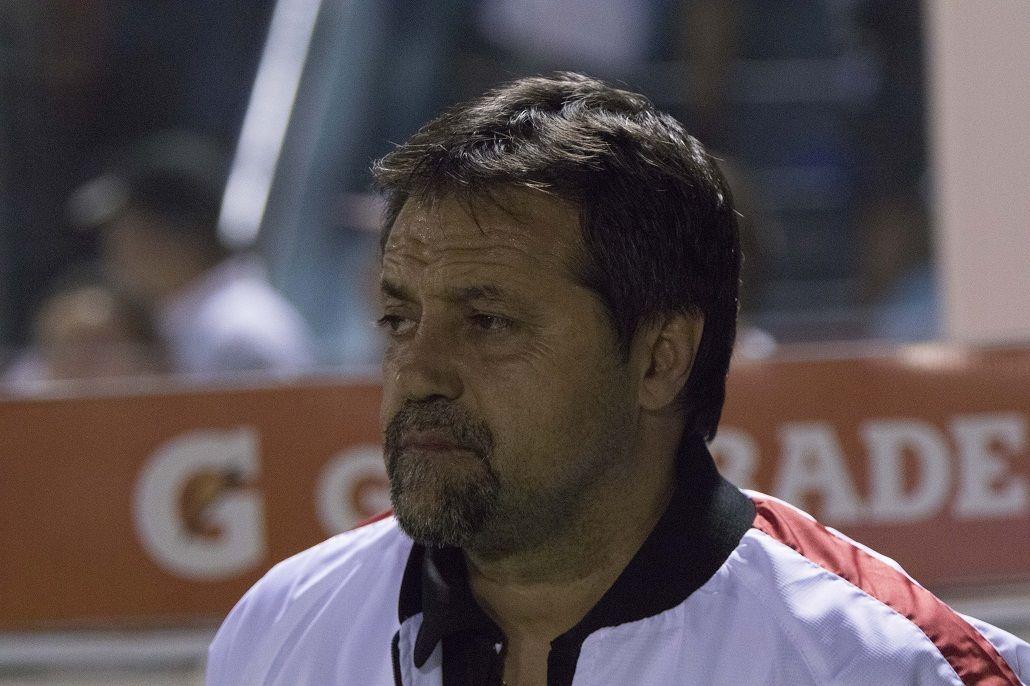Caruso Lombardi debutó como DT de Huracán ante Atlético Tucumán.