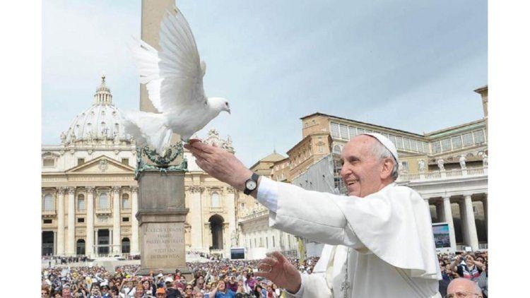 El papa Francisco suelta palomas blancas