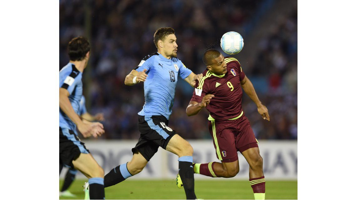 Sebastián Coates lucha una pelota ante Salomón Rondón en el duelo entre Uruguay y Venezuela en el estadio Centenario