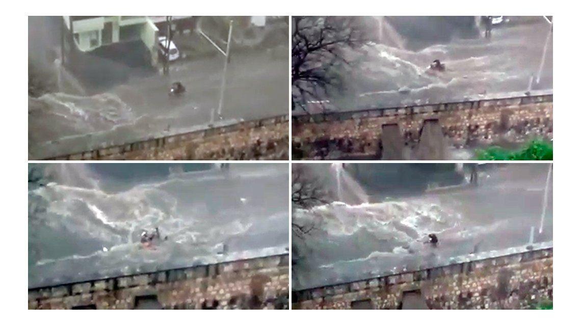 La lucha del motociclista para avanzar en una calle inundada