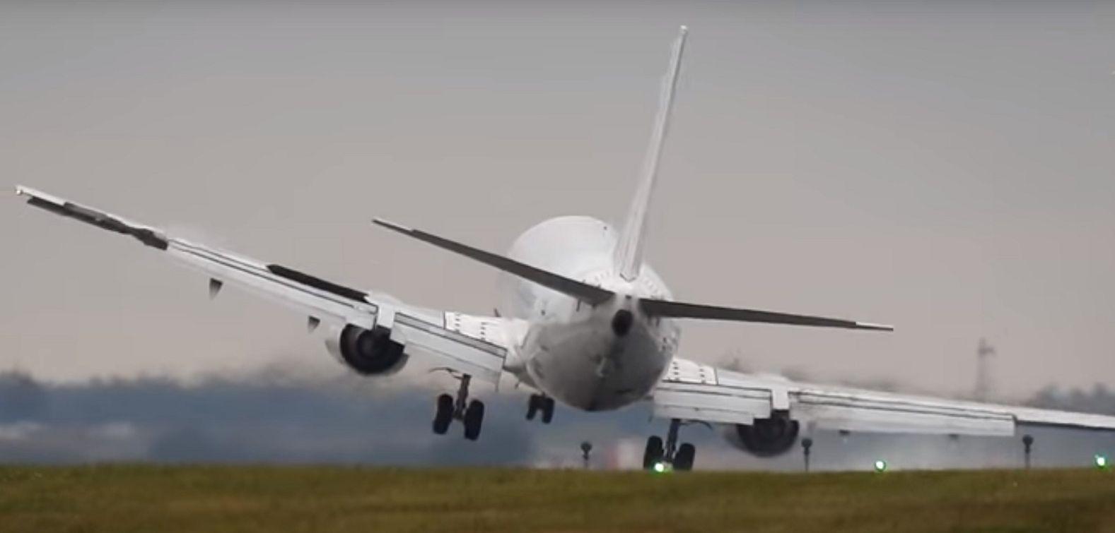 Las maniobras que debió hacer un piloto de Boeing para aterrizar en Praga.