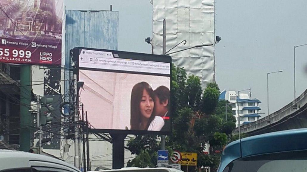 Escándalo por un video porno proyectado en un cartel publicitario