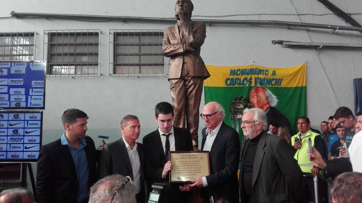 Boca le hizo un homenaje a Carlos Bianchi con una estatua para reconocerle el trabajo bien hecho.
