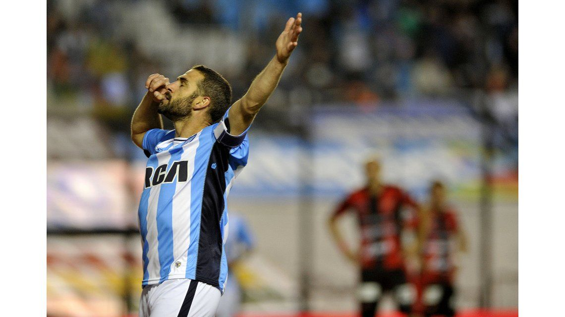 Lisandro Lopez festeja el primer gol de Racing ante Patronato en Avellaneda