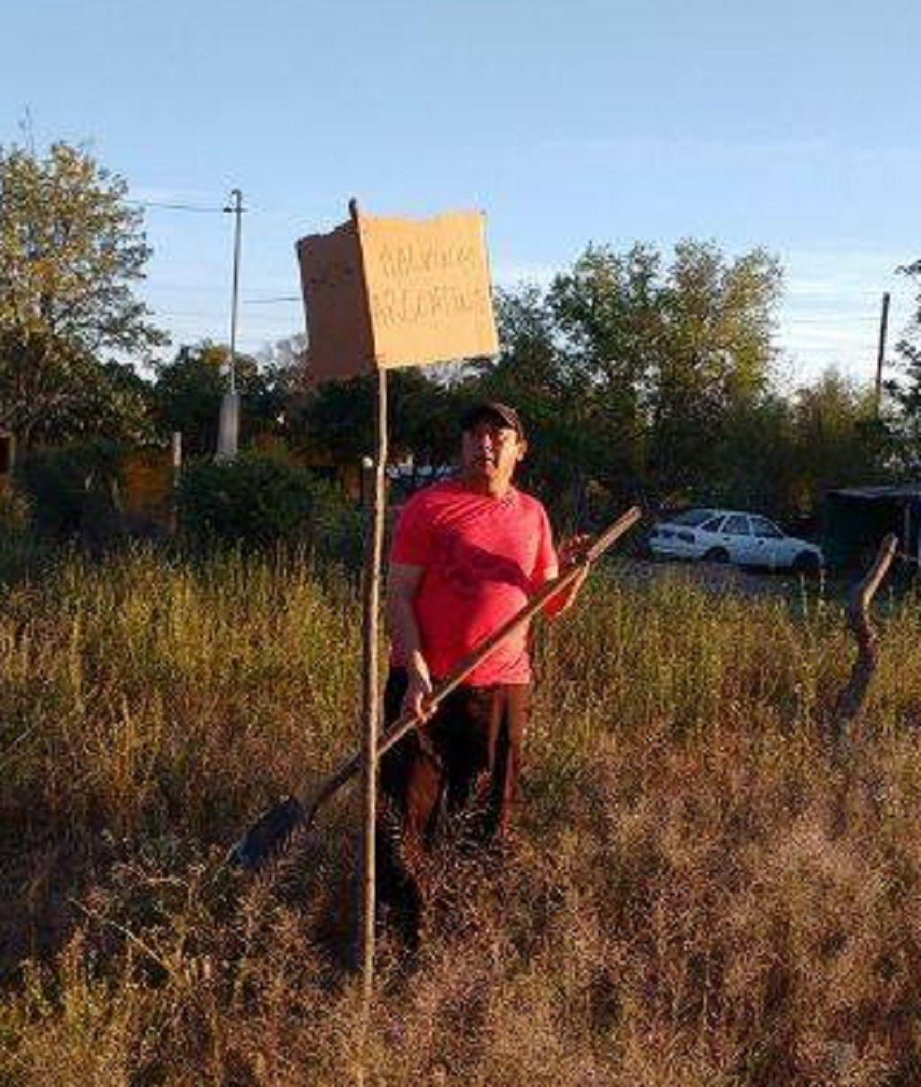 Harto de pedir que señalicen las calles del pueblo, un vecino instaló sus propios carteles