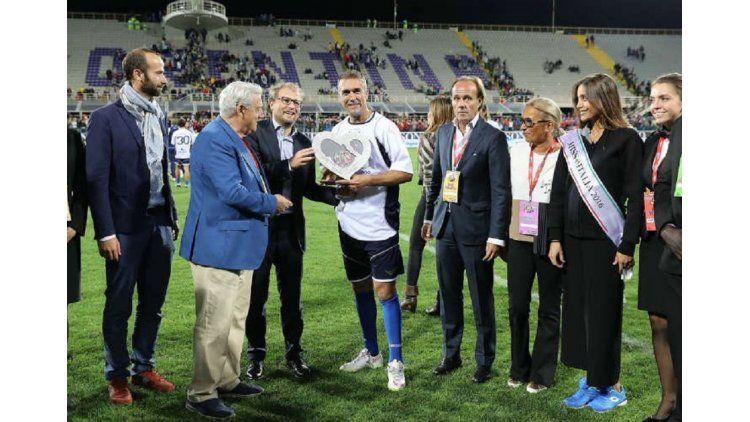 Gabriel Batistuta volvió a jugar: hizo tres goles y lloró de emoción al ser reconocido ciudadano de honor de Florencia