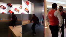 VIDEO: Entró a una Apple Store y rompió todo