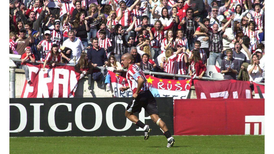 La Bruja Verón festejando un gol en sus épocas de futbolista. ¿Vuelve?