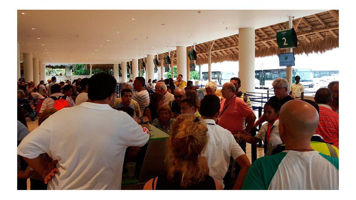 Pasajeros varados en el aeropuerto de Punta Cana.
