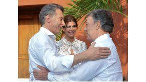 Macri saludando a Santos en Cartagena