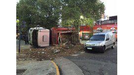 El camión volcó en Juan B. Justo y Trelles