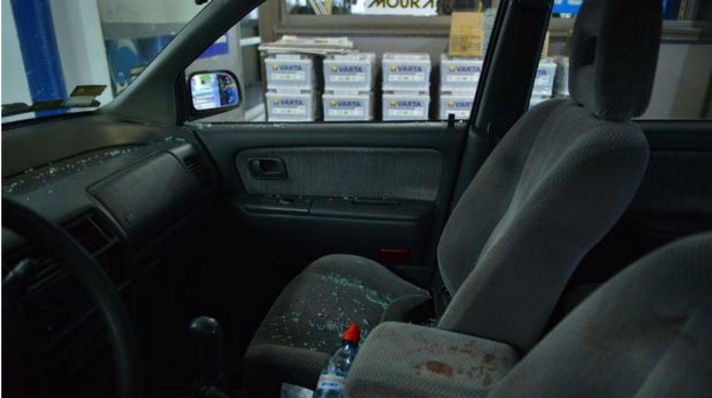 Así quedó el auto del hombre asaltado en La Plata.