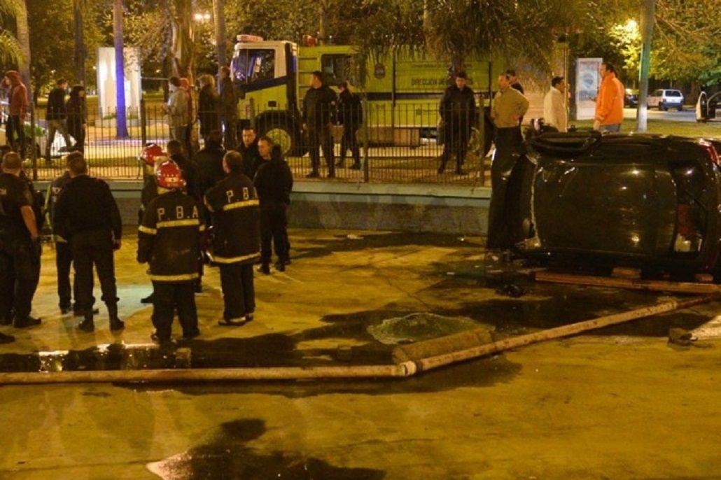 El auto quedó dentro de la fuente de la rotonda
