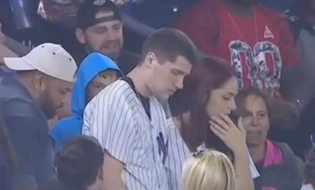 VIDEO: Quiso pedirle casamiento a la novia pero se le cayó el anillo en pleno estadio