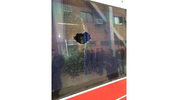 El micro de los jugadores de Olimpo sufrió un ataque con piedras en la bajada de Quilmes