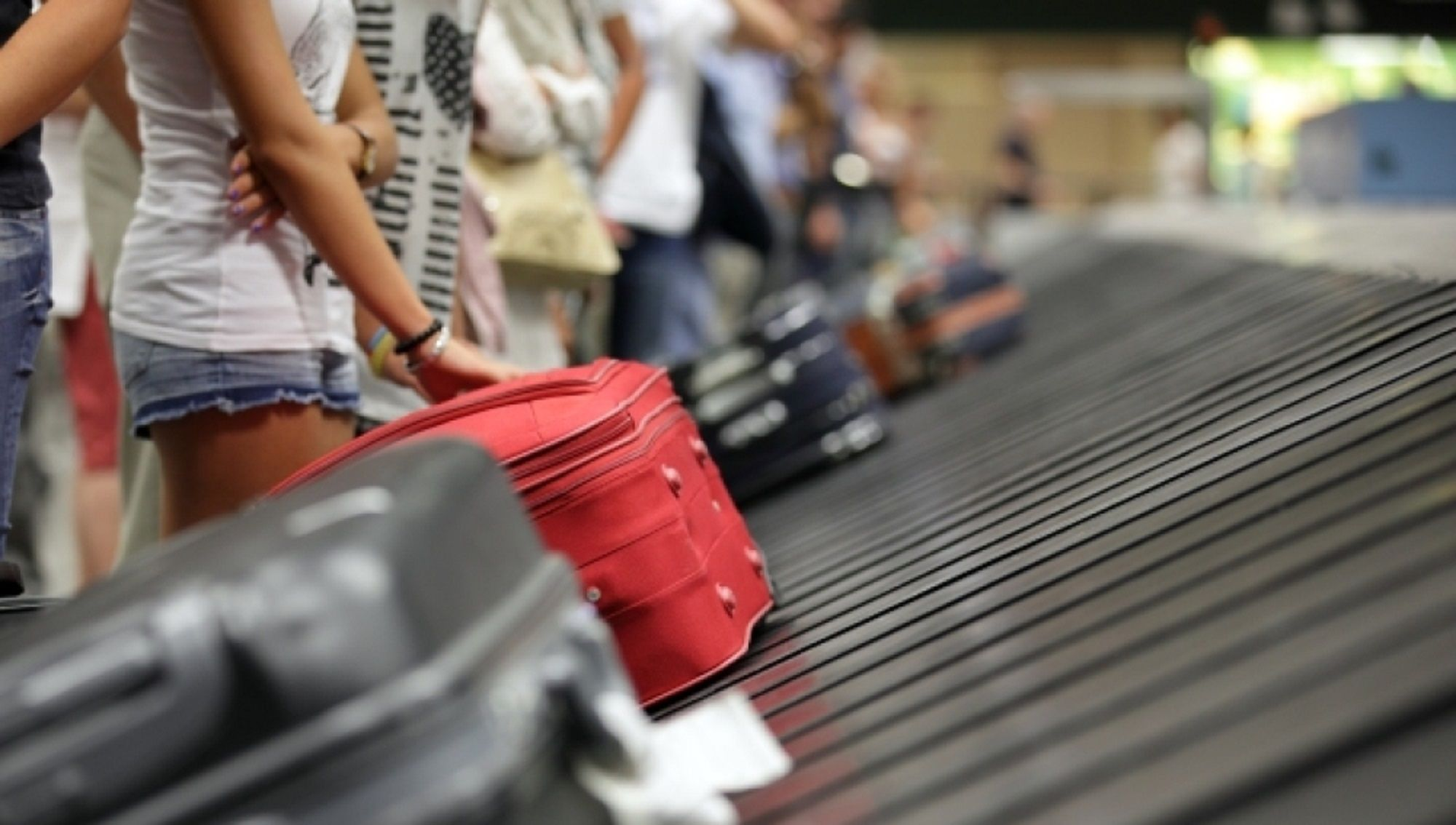 Llevaba los testículos de su esposo en una valija y la detuvieron en el aeropuerto