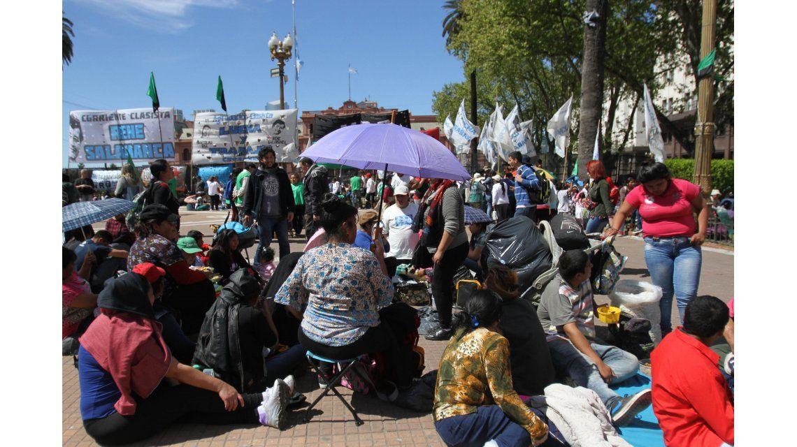 Instalaron 400 carpas en Plaza de Mayo contra el tarifazo y el ajuste