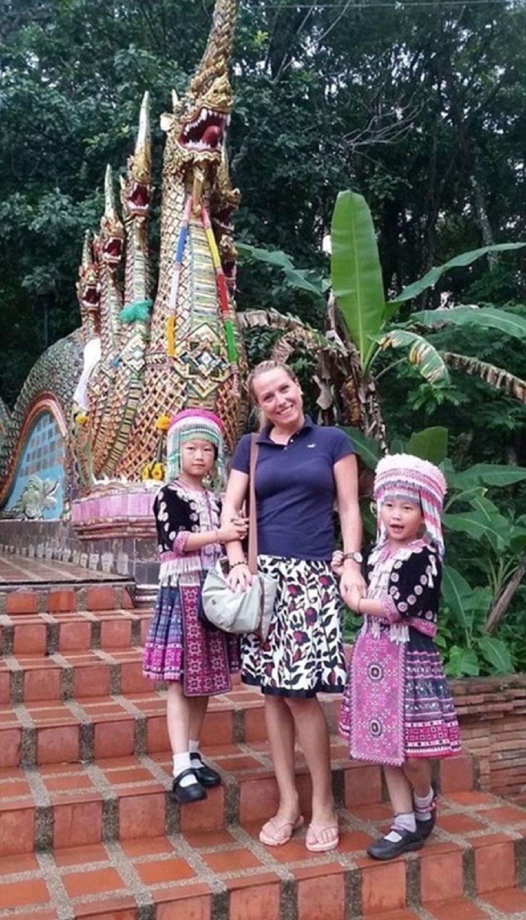 Dos nenas tailandesas le roban el reloj a una mujer mientras se sacaba una foto