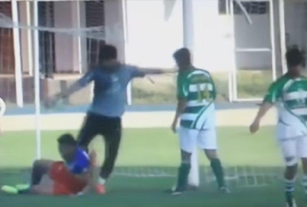 Un arquero perdió el control y le pateó la cabeza a su rival