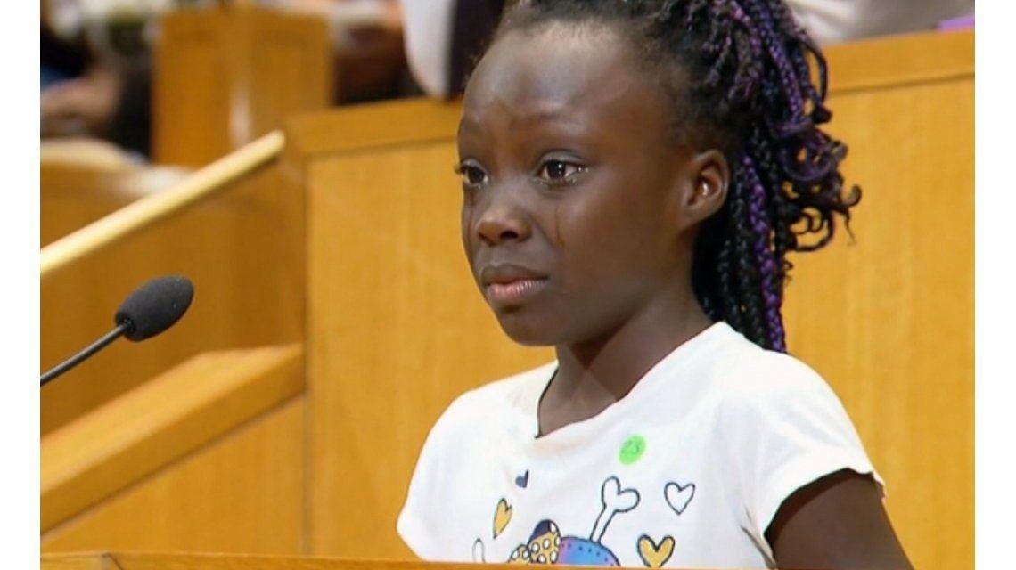 Conmovedor: una niña llora al hablar sobre la muerte de hombres afroamericanos en Charlotte