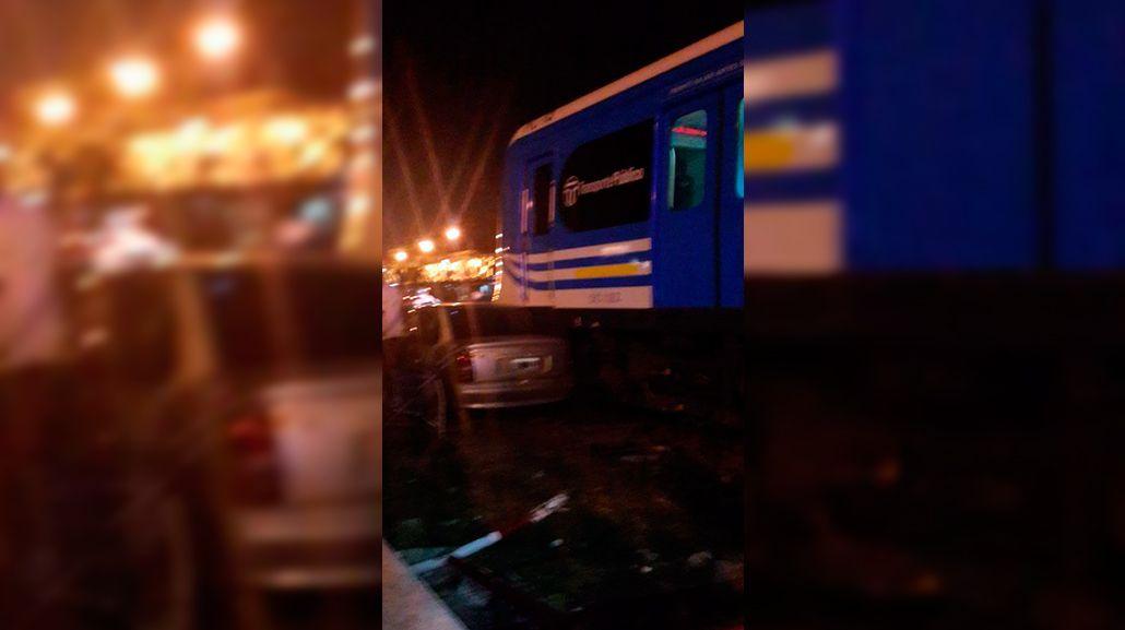 Un auto cruzó con la barrera baja y provocó trastornos en el tren Sarmiento