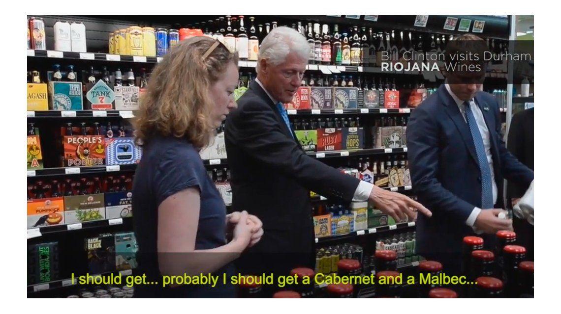 VIDEO: De compras en el súper, Clinton elige un vino argentino