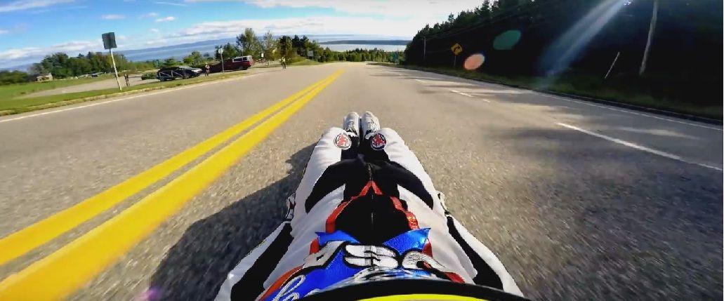 VIDEO: campeón retirado batió el récord de velocidad en trineo de asfalto