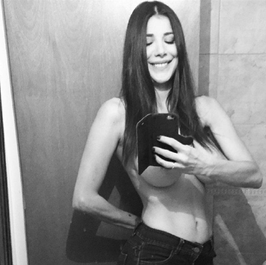 Provocadora: Andrea Rincón se desnuda y se tapa con sólo un celular
