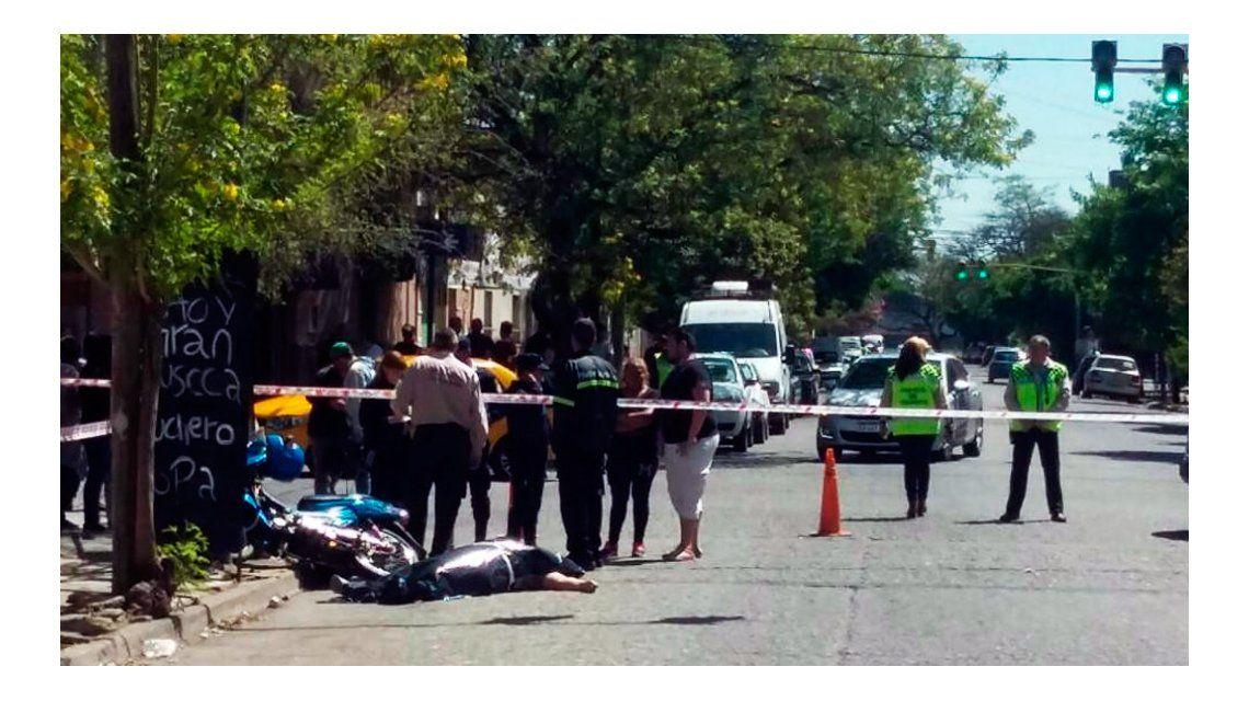 Una mujer perseguía a dos motochorros y murió al chocar contra un poste