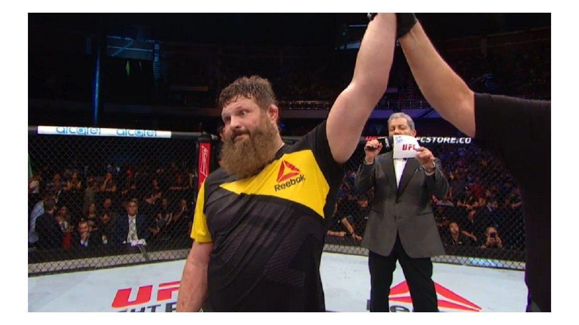 Indignado, un peleador de UFC pateó al árbitro tras noquear a su rival