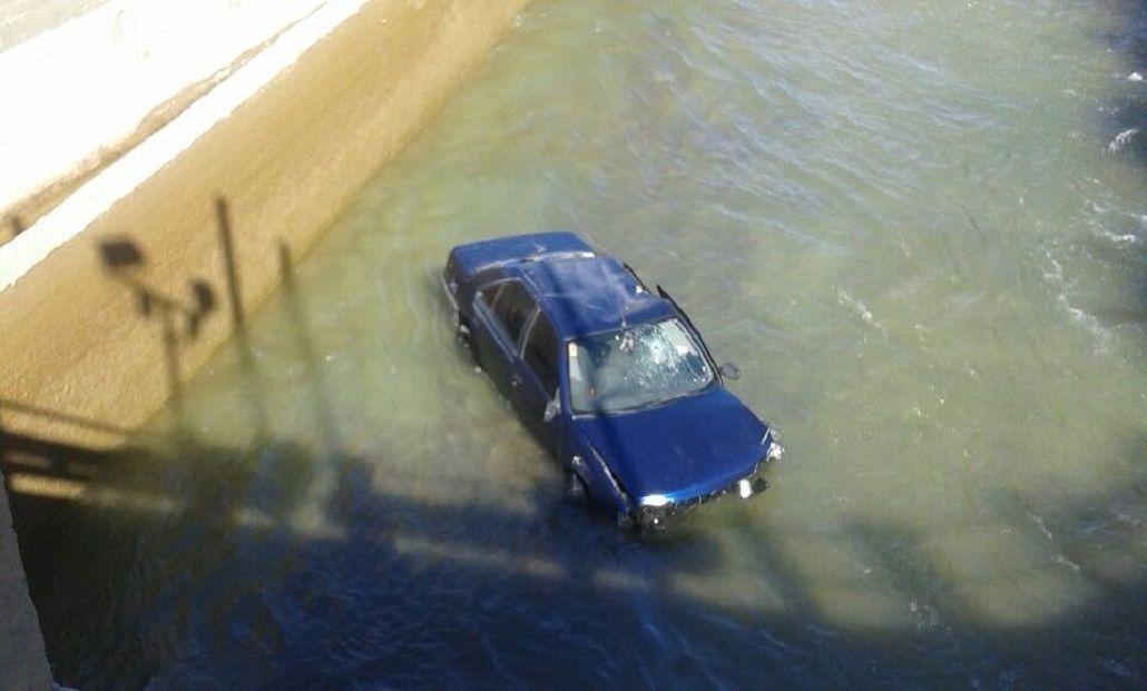 Agónico rescate a un hombre que había quedado atrapado en un auto
