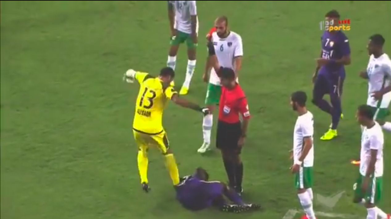 VIDEO: Le pisaron la pelota, no lo soportó y descargó toda su furia contra el rival