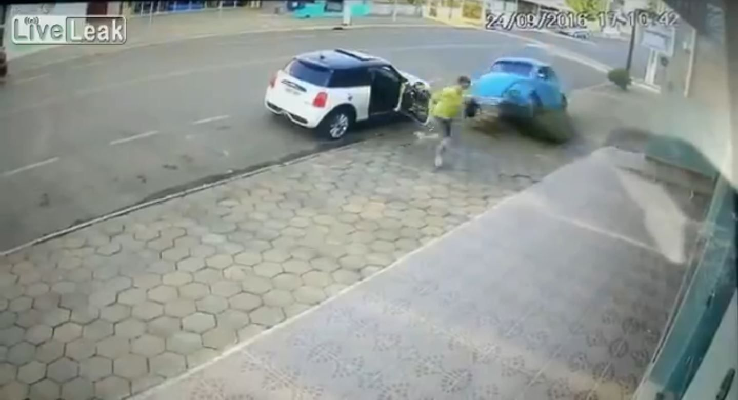 Se salvó de milagro: no fue atropellado por un vehículo fuera de control por un pelo