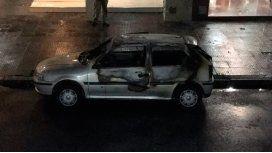 ¿Volvieron los quemacoches?: un auto se incendió en Villa Urquiza