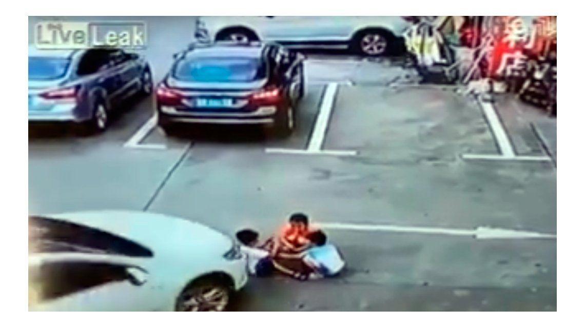 VIDEO: una mujer atropelló a tres nenes en un estacionamiento