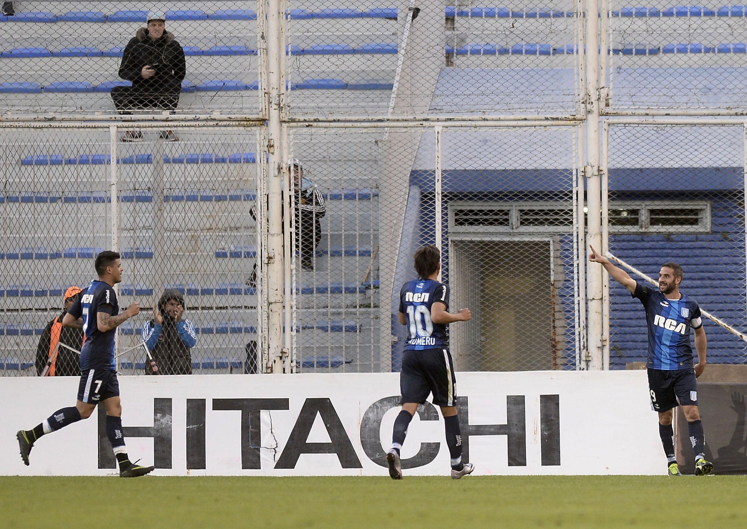El Racing de Zielinski aplastó a Vélez en Liniers y se prendió en la pelea