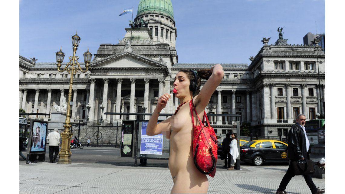 Cuatro mujeres caminaron desnudas por Congreso ¿Por qué lo hicieron?