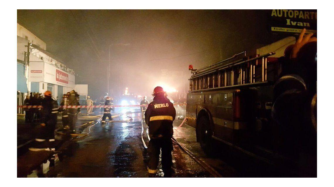 Voraz incendio en un galpón con químicos en Merlo: trabajan 17 dotaciones