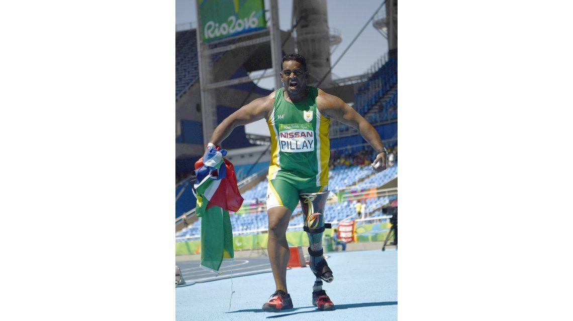 El atleta paralímpico al que no dejan viajar en avión por su prótesis en la pierna