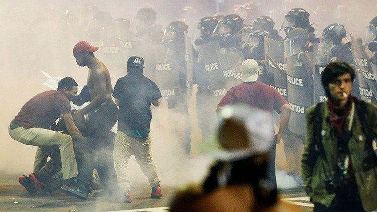Estado de emergencia en Charlotte tras otra noche de protestas por la muerte de un hombre negro