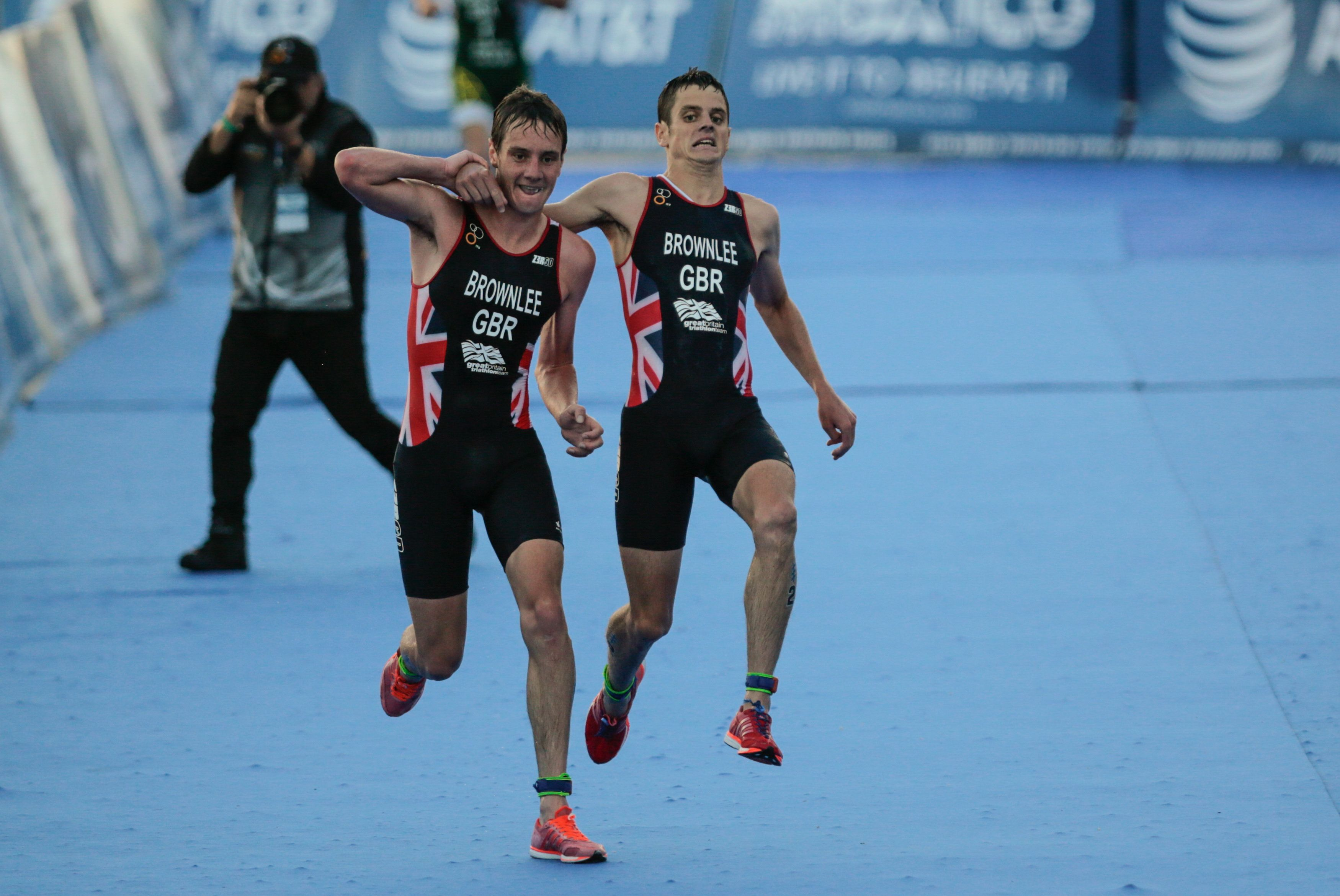 El gesto entre hermanos en el triatlón que conmueve al mundo