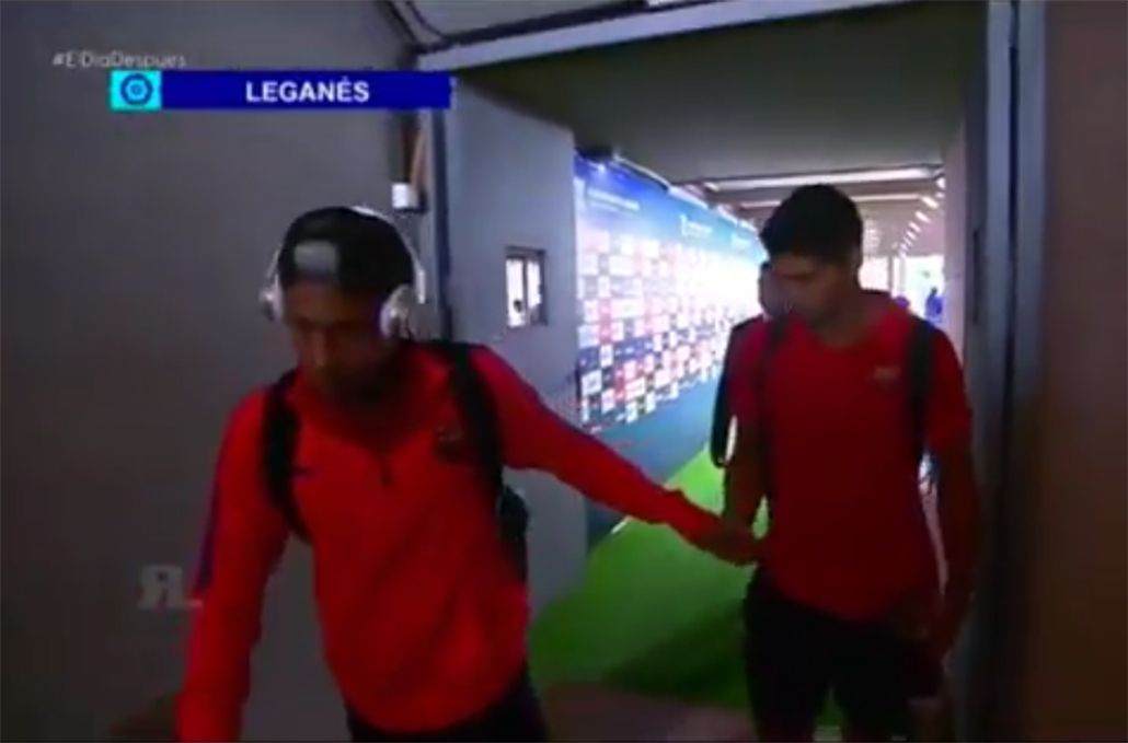 VIDEO: El desagradable regalo de Neymar a Luis Suárez