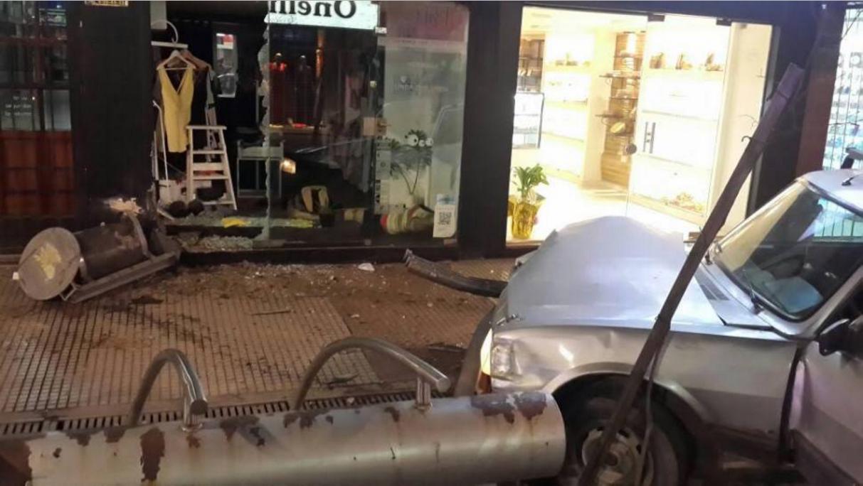 Un automovilista borracho destruyó el frente de un comercio