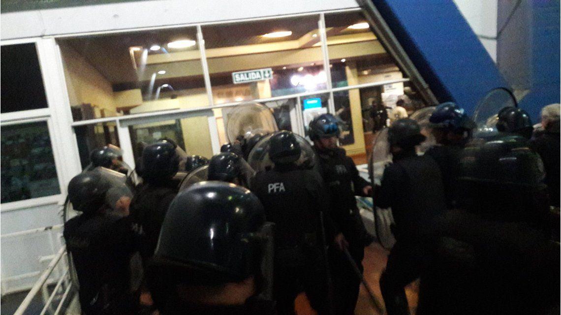Incidentes en Liniers: los hinchas de Vélez estallaron tras la derrota contra Racing
